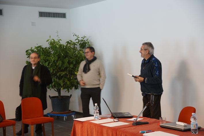 Don Sabino Frigato, Alberto Carpinetti e Padre Beppe Giunti al termine dell'incontro salutano tutti i partecipanti